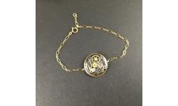 Bracelet fin doré médaillon steampunk en résine et engrenages de montre