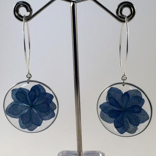 Boucles d'oreilles fleurs hortensia bleu résine cercles argentés