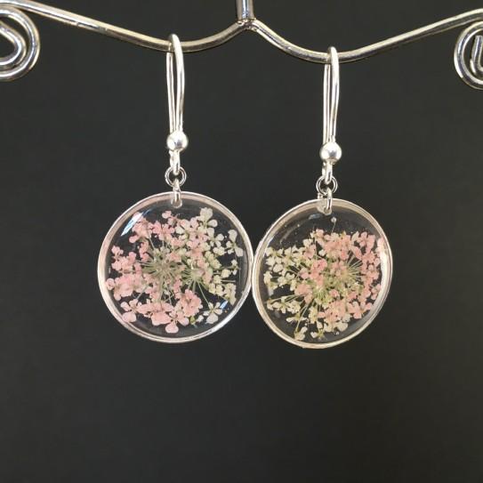 Boucles d'oreilles fleurs roses et blanches en suspension cercles argentés