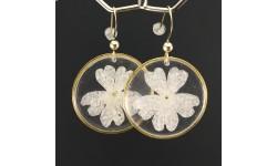 Boucles d'oreilles fleurs de verveine blanche cercles dorés