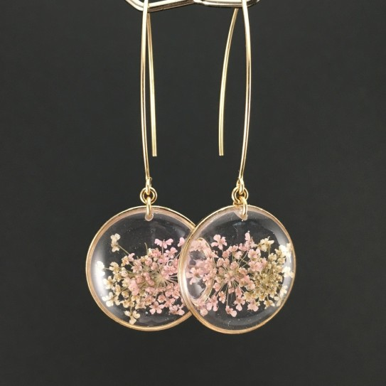 Boucles d'oreilles dorées fleurs roses et blanches