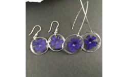 Boucles d'oreilles fleurs de verveine bleue cercles argentés