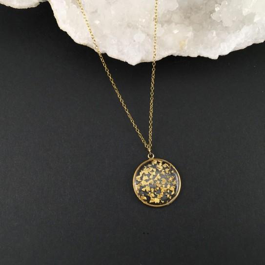Pendentif fragments de feuilles d'or en suspension cercle doré