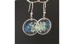 Boucles d'oreilles fleurs bleues résine cercles argentés