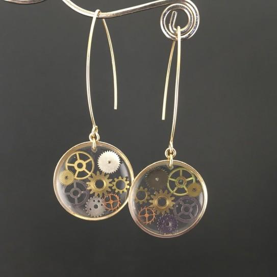Boucles d'oreilles engrenages de montre style steampunk sur crochets longs dorés