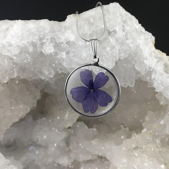 Pendentif fleur de verveine bleue en suspension cercle argenté