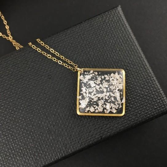 Pendentif carré doré feuille d'argent sur collier gold filled