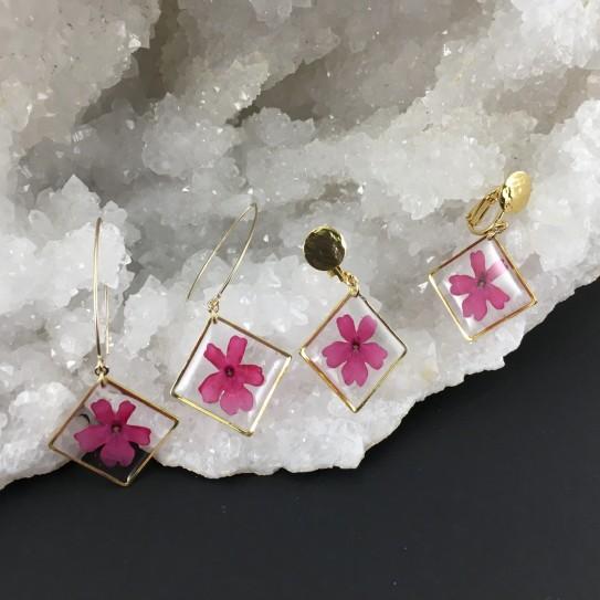 Boucles d'oreilles dorées verveine rose fuchsia carrés