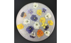 Centre de table résine, feuille d'or et fleurs séchées fond blanc nacré