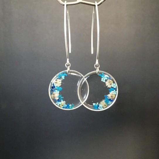 Boucles d'oreilles argentées, rondes, inclusion petites fleurs