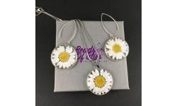 Parure fleurs de marguerite, collier et boucles d'oreilles résine et finition argentée