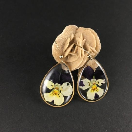Boucles d'oreilles fleur de pensée bleue et jaune pâle gouttes dorées résine