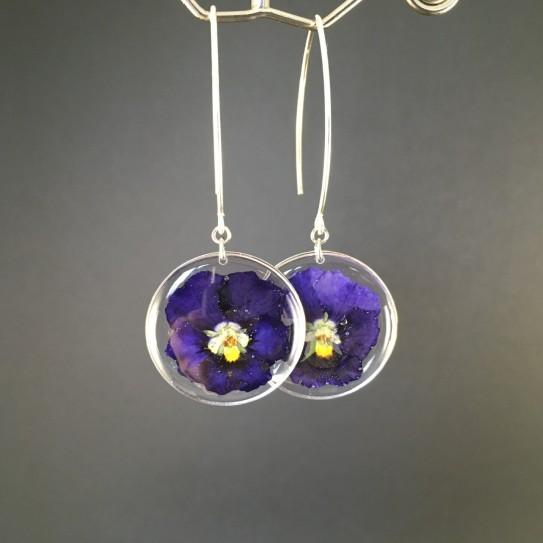 Boucles d'oreilles fleurs de pensées bleues en suspension cercles argentés